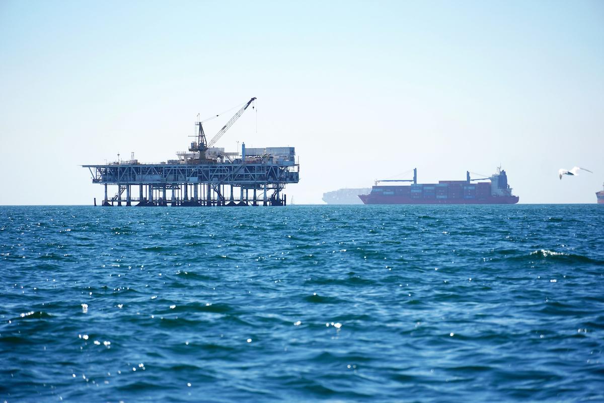 ▲針對美國南加州外海海底輸油管線漏油事故,相關人員今天透露破裂油管在海床的位置偏離了整整105呎(32公尺),讓人不禁懷疑這場環境浩劫可能因船舶的船錨撞擊輸油管釀禍。(圖/美聯社/達志影像)