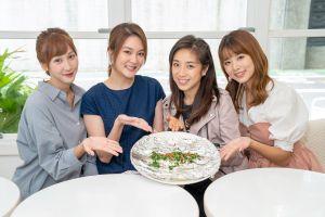 ▲鄭亞(左一)、楊雅筑(左二)、王上菲(右一)帶「蒸煮魚」,獻梁舒涵(右二)。(圖/TVBS提供)
