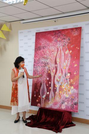 ▲有總裁畫家美譽的江屘菊創作能量畫,鼓舞求子父母勇敢不放棄。(圖/茂盛醫院提供)