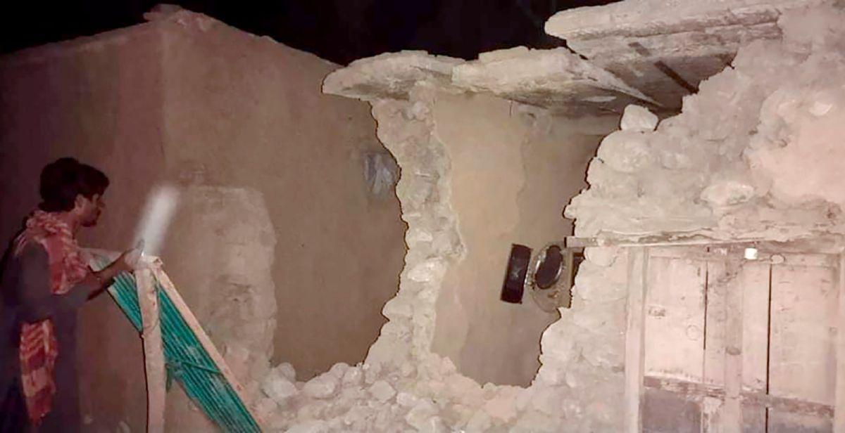 ▲巴基斯坦災害管理官員表示,南部今晨發生規模5.7地震,約20人喪生,地震當時民眾仍在睡夢中。(圖/美聯社/達志影像)