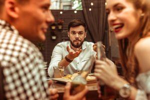 ▲大家同桌用餐時,兩個人你一口、我一口的互相餵飯,真會讓人想大喊「別人也在吃飯啊!」(圖/Shuttershock)