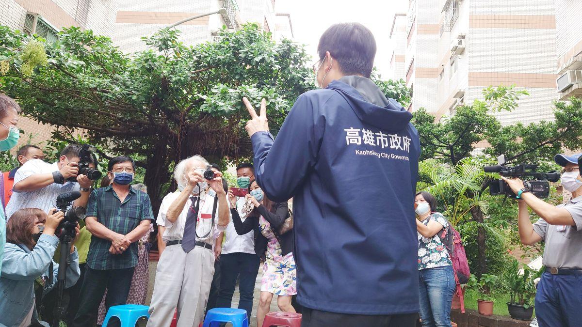▲102歲的王德永爺爺親自幫市長陳其邁拍了一張照。(圖/記者鄭婷襄攝,2021.10.07)