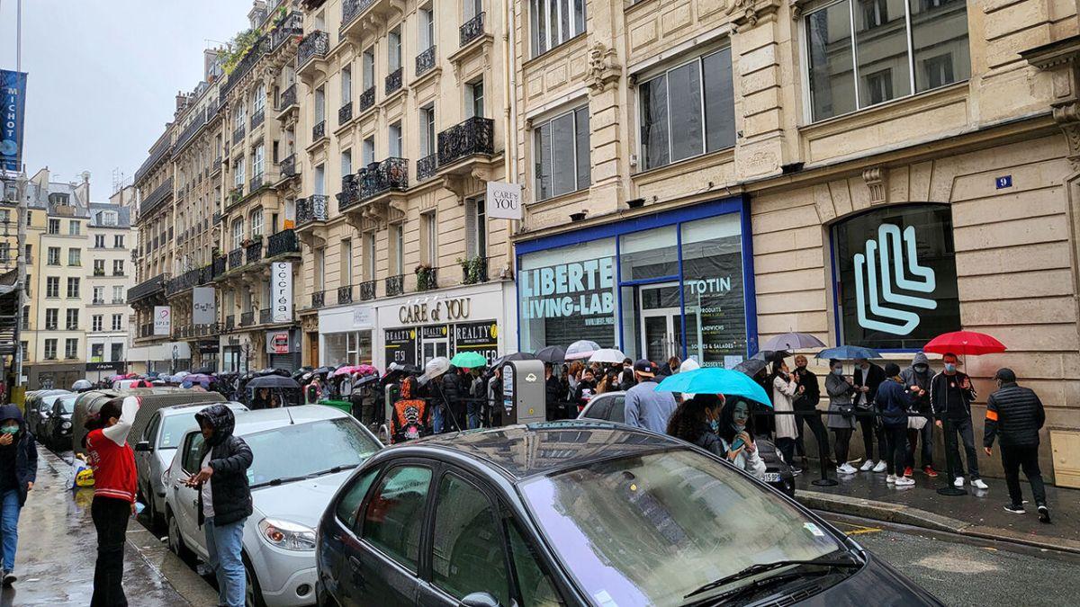 ▲《魷魚遊戲》在法國開設快閃店,吸引粉絲前往排隊。(圖/翻攝自Jiho Jung推特)