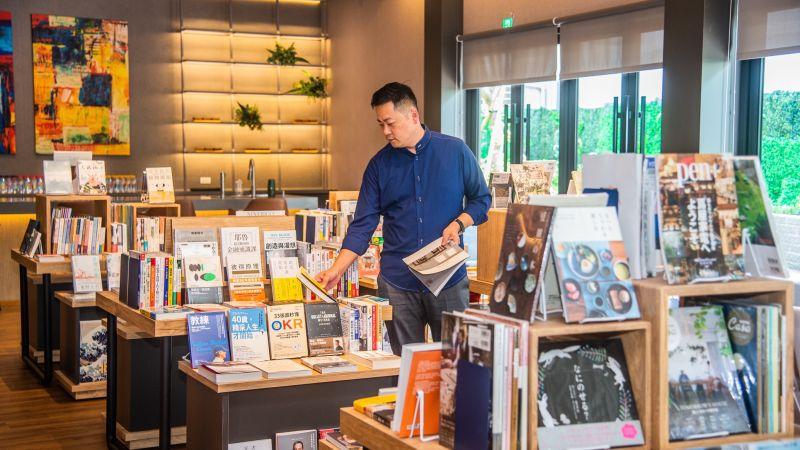 接待中心由臺灣「蔦屋書店」規劃、設計及選書,是高雄第一個將蔦屋帶入的建案。(圖/記者陳美嘉攝,2021.10.04)