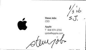 ▲郭台銘曬出賈伯斯親筆簽名的珍貴名片。(圖/翻攝郭台銘臉書)