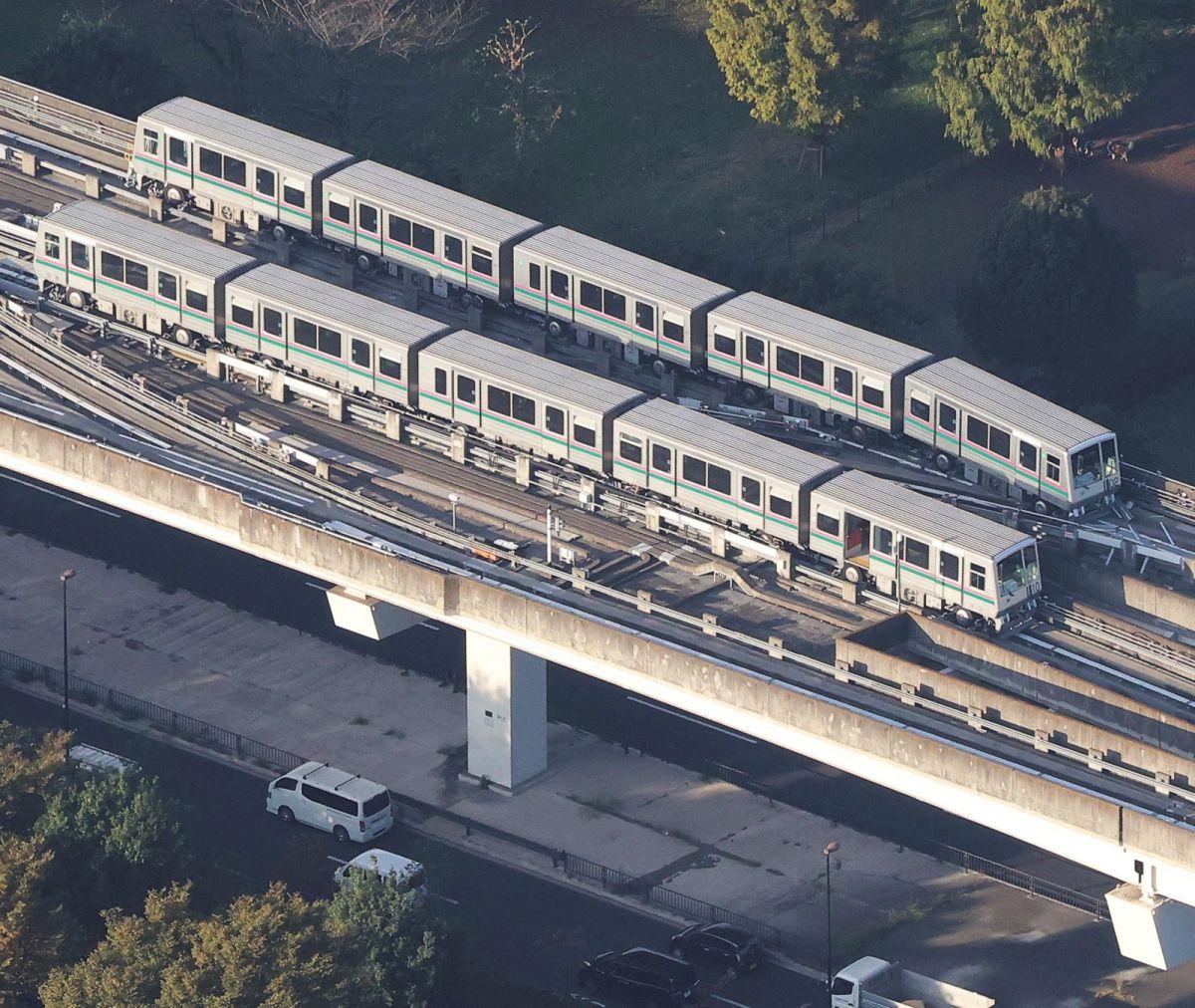 ▲東京都的日暮里—舍人線電車,在地震發生時,因緊急煞停而出軌。(圖/美聯社/達志影像)