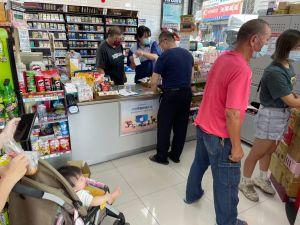 ▲五倍券領取首日,不少民眾一早就到超商排隊。(圖/記者劉雅文拍攝)