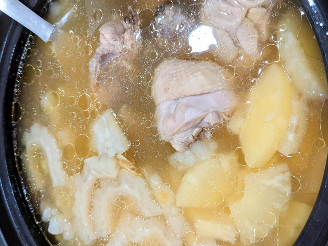 ▲鳳梨苦瓜雞湯怎麼料理才內行?原PO表示倒入「蔭瓜」罐頭以後,一試喝就覺得「味道對了」。(圖/翻攝自《家常菜》)