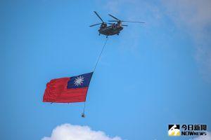 ▲110年雙十國慶大會登場,CH-47運輸直升機吊掛典禮史上最巨幅國旗通過總統府上空。(圖/記者葉政勳攝,2021.10.10)