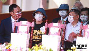 ▲國民黨主席朱立倫(左)出席110年國慶大典,右為台北市長、民眾黨主席柯文哲。(圖/記者葉政勳攝,2021.10.10)
