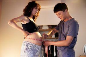 ▲謝盈萱(左)、藍葦華戲裡共育小生命。(圖/華視、CATCHPLAY)