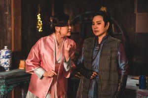▲唐美雲(右)與方馨在《孟婆客棧》有鬥嘴情節。(圖/公視台語台提供)