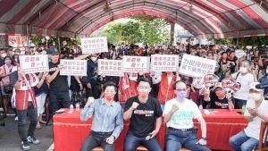 ▲林昶佐(前左)、王瑞德(前右)為陳柏惟站台,帶來旺盛人氣。(圖/陳柏惟服務處提供,2021.10.10)