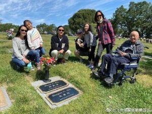 ▲吳彥祖(左三)帶著妻小(左一、二)和其他家人到墓園祭拜過世的媽媽。(圖/翻攝吳彥祖微博)