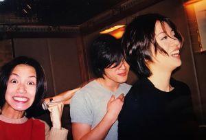 ▲何韻詩(左)貼出與師父梅艷芳(右)1999年時拍攝的合照。(圖/翻攝何韻詩臉書)