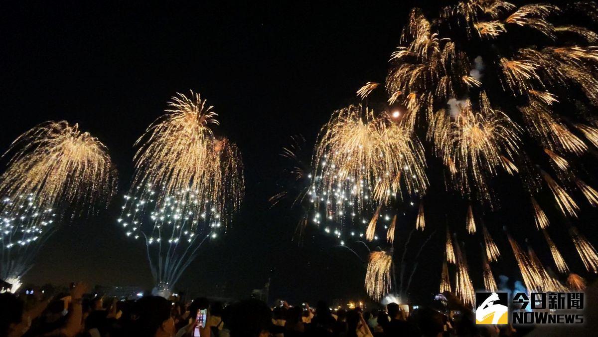 ▲國慶慶籌會焰火處針對焰火施放仍受多數民眾肯定鼓掌叫好,表達感謝。(圖/記者郭俊暉攝,2021.10.10)