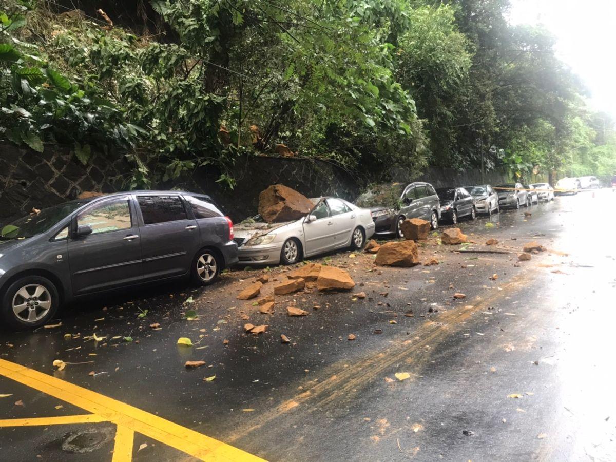 內湖巨石崩落3車被壓壞!北市府:緊急清理、協助移車