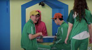▲池錫辰(左)跟哈哈搶彈珠。(圖/Running Man YouTube)