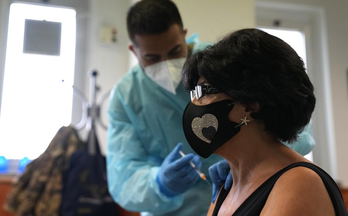 ▲義大利衛生部表示,當局今天通報27例COVID-19相關死亡案例,少於前一天的46例,單日新增確診則從2748例掉到2278例,而12歲以上已有8成人口完整接種疫苗,達成當局設定目標(圖/美聯社/達志影像)