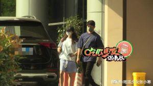 ▲劉詩詩(左)和吳奇隆低調前往醫院,打扮相當樸素。(圖/《吃瓜少女張小寒》微博)