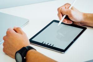 ▲原PO猶豫要不要把五倍券拿來買iPad,貼文一出,網友們也揭開iPad的3大優勢。(示意圖/取自unsplash)