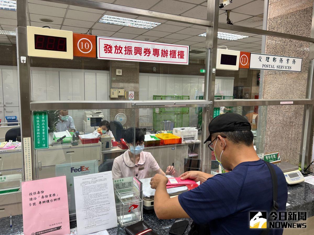 ▲中華郵政今(2021)年採預約分流領取機制,以因應防疫群聚,效果相當顯著。(圖/記者朱啓瑜攝,2021.10.12)