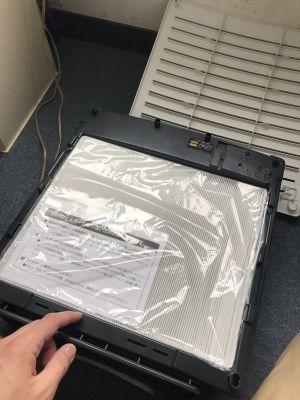 ▲推主打開空氣清淨機,才發現濾網上的塑膠套沒有拆開,驚覺自己白白浪費了一個夏天的電費!(圖/twitter帳號tunayosikureha)