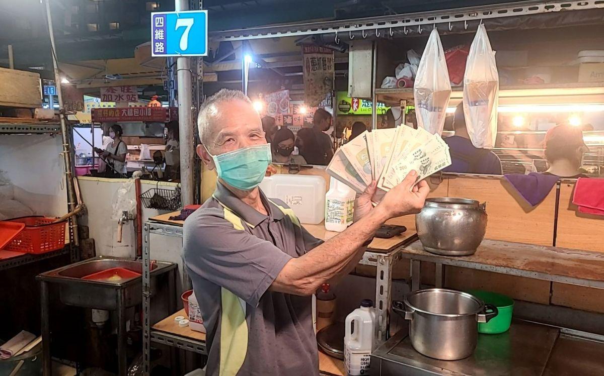 ▲高雄市凱旋青年夜市攤商,開心將營業收取到的商圈夜市券展示出來。(圖/高市府提供)