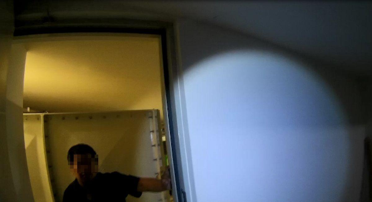 ▲員警循著呼叫聲到地下室,救出被自己反鎖於機電室的保全員(圖/記者鄧力軍翻攝)