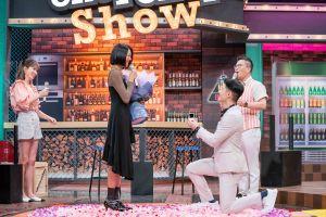 ▲楊昇達(右)拿出鑽戒單膝下跪,向若綺(左)求婚。(圖/TVBS 提供)