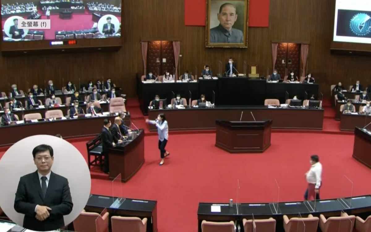 ▲鄭麗文因蘇貞昌怕「不像妳這麼不要臉」抱走,衝向備詢台要求道歉。(圖/翻攝自國會頻道)