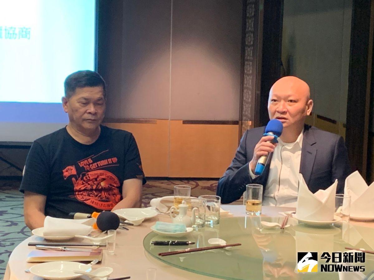 ▲澎恰恰(左)和林秉文出席記者會,解釋清償債務方案。(圖/記者朱永強攝)