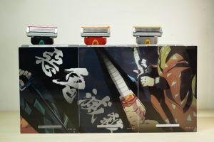 ▲每一款都附贈對應的立架,3組刀把立架背面可拼成「惡鬼滅殺」。(圖/資料照片)