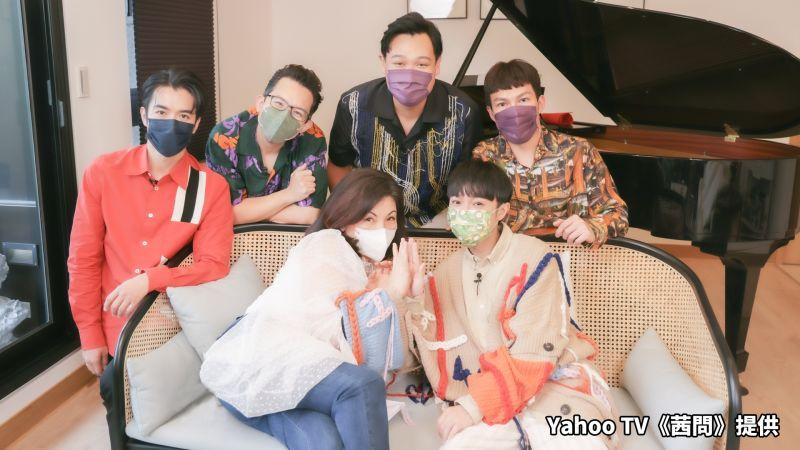 ▲陳文茜(前排左)邀請魚丁糸上節目。(圖/Yahoo TV《茜問》提供)
