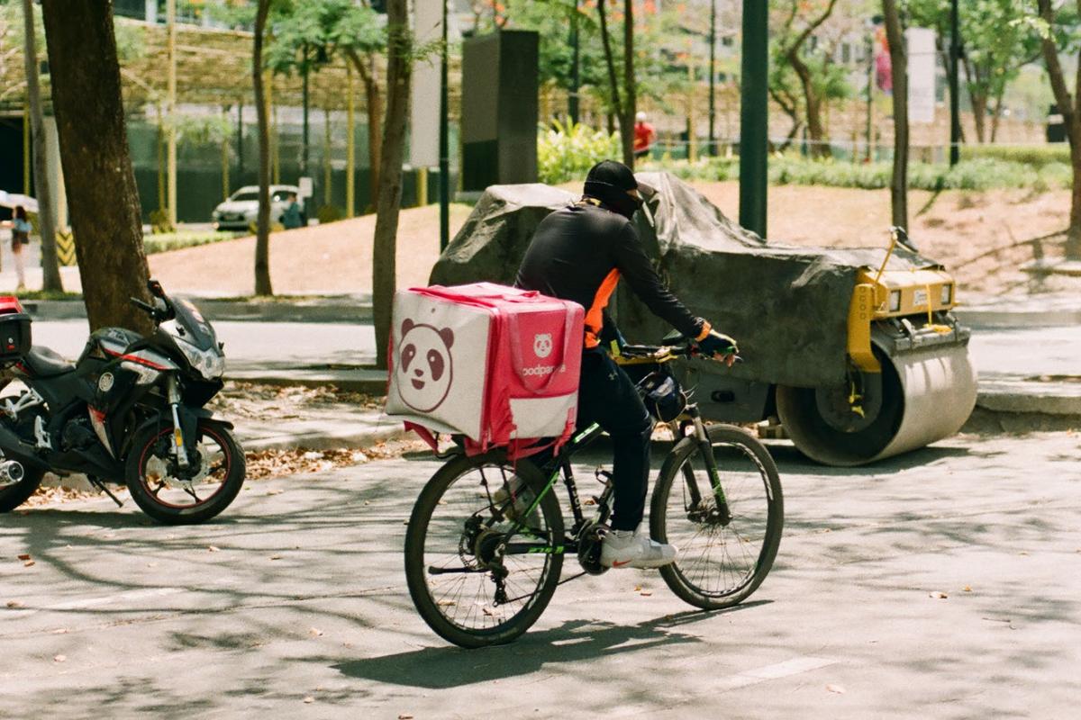 ▲外送員為民眾提供了過往難以想像的便利,但能否「送餐上樓」卻仍有爭議。(示意圖/擷取自unsplash)