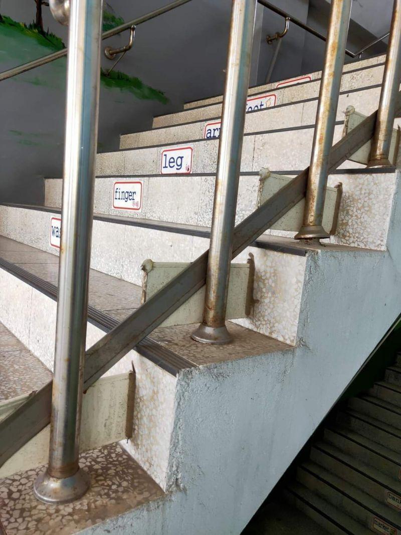 ▲樓梯扶手旁設置了「長形鐵片」背後原因引來不少網友推測。(圖/翻攝自臉書社團《爆廢公社二館》)