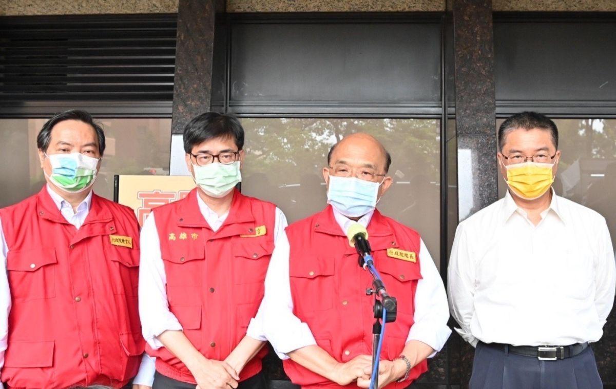 ▲行政院長蘇貞昌(右二)南下慰問城中城大樓受傷民眾。(圖/行政院提供)
