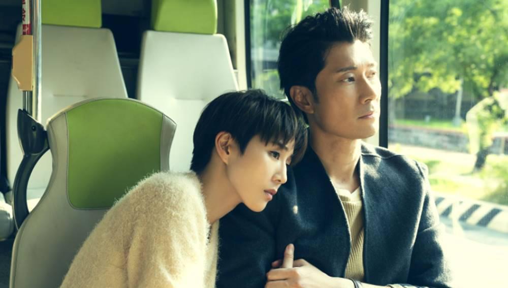 ▲影集《誰在你身邊》探討婚姻關係課題,演員陳恩峰(右)在劇中飾演張鈞甯(左)的老公,兩人看似美滿的婚姻卻藏著危機。(圖/LiTV、HBO GO 提供)